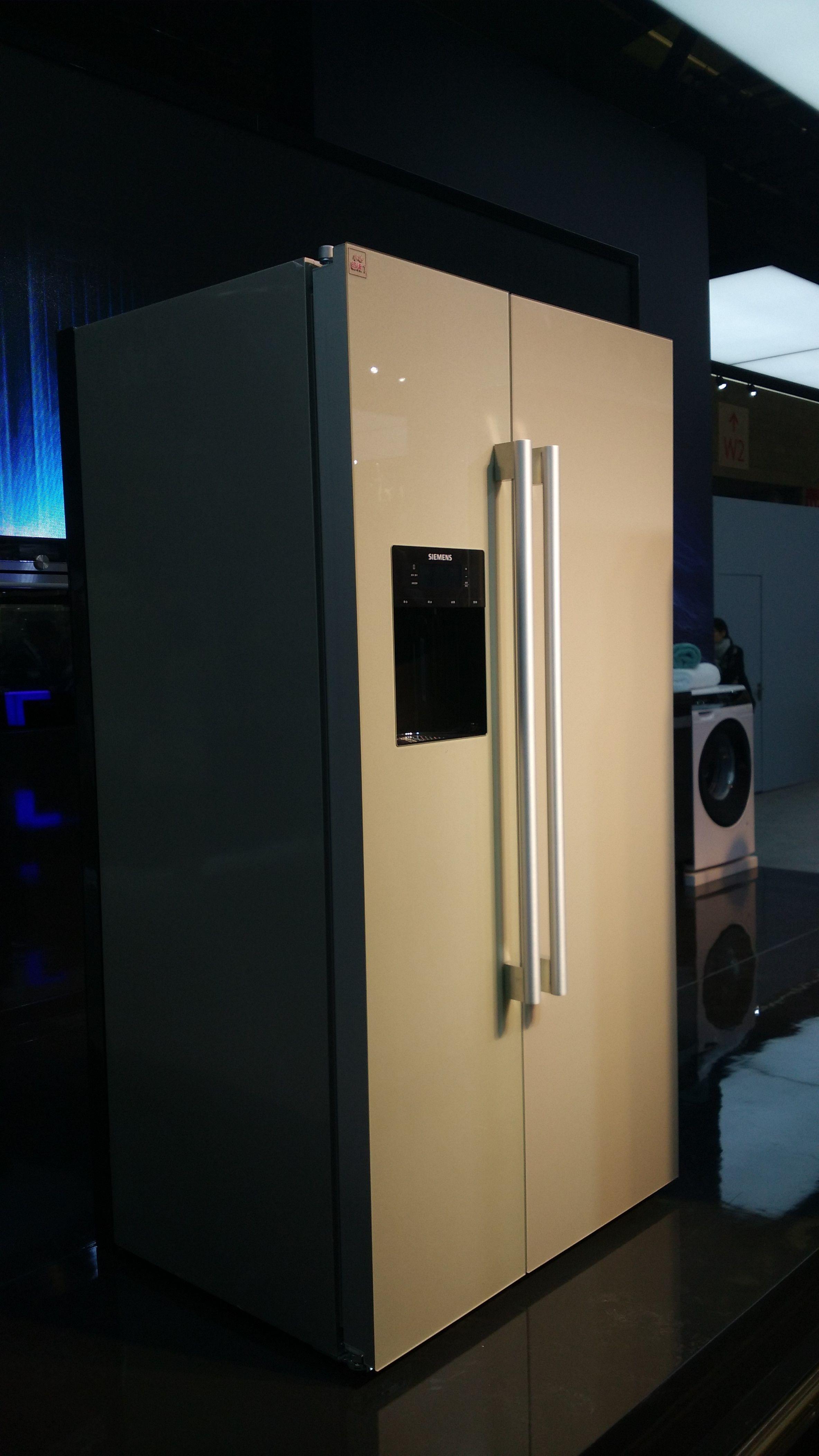 """西门子智拍冰箱还有独特的""""储鲜向导""""功能,用户可以查找解析各种食材的营养价值和卡路里含量,并了解其冰箱中适宜的存放温度和时间,帮助用户锁住新鲜。。"""