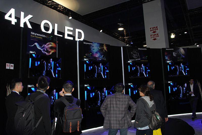 展会中,创维带来了G6、G7、S9D、S9-I、S9300等多款最新的OLED电视,其中在展厅中间的一台双面OLED更是以其独特的技术与观感令人赞不绝口。