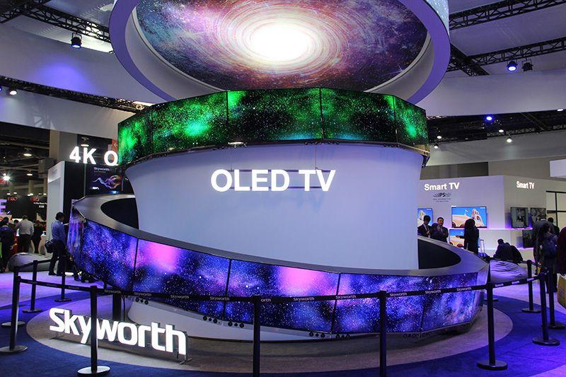 本次CES上,各大展台的OLED产品亦不为少数,作为中国OLED显示产业联盟理事长单位的创维集团,一直都是OLED技术发展坚定的支持者和参与者,本次展会更是以OLED为主推产品,为大家带来一个图像更清晰色彩更饱满的世界。