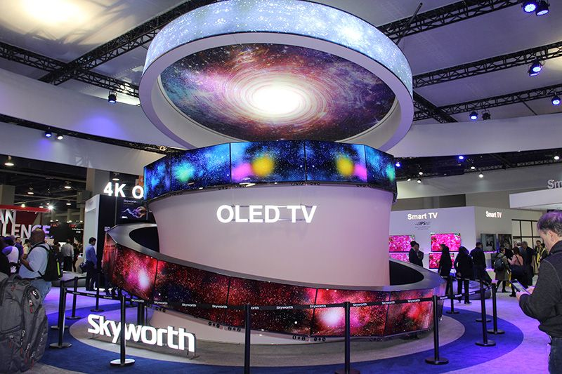 OLED作为彩电行业的黑科技已经愈发得到普及,其基于有机薄膜的自发光源具有超薄、超广视角、柔性可卷曲、高色域、快速响应等优点,已经深受消费者认可与爱戴。在CES 2017上,OLED电视也是创维最为重磅的展品。