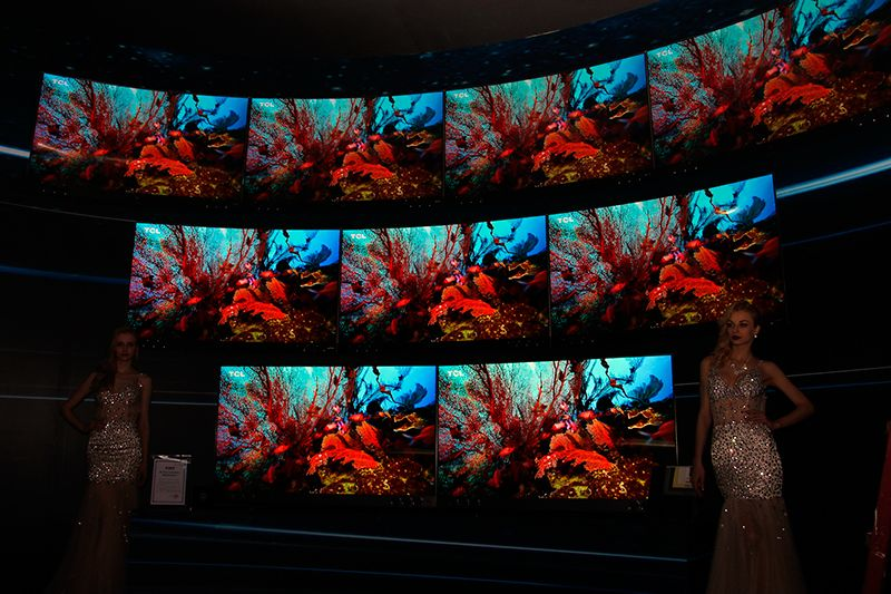 "TCL 2017新品体验区""颜值""不低,来一组大图分享给大家!TCL XESS旗舰新品X2/X3 电视墙,下面两款是平面的X2,上面两排是曲面的X3,它们从音、画、形三大核心方面都达到了目前电视领域的最高水平,采用最新量子点屏幕,拥有全新的无机三原色量子点技术,色域值高达157%!"