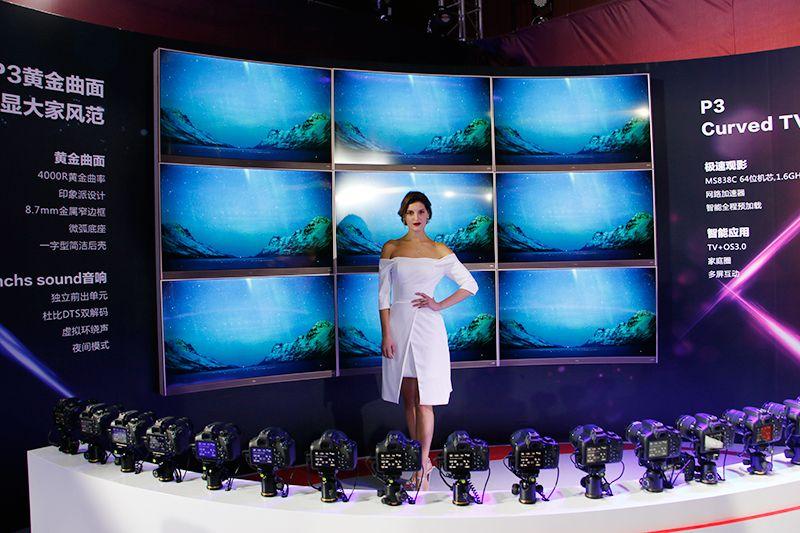 TCL P3黄金曲面电视展示区,搭载了与人眼球同弧度的4000R黄金视域曲率屏幕,此外还能大幅提高曲面屏幕上画面的纵深感及层次感,让画面表现更逼真立体,黄金曲面更美更养眼!
