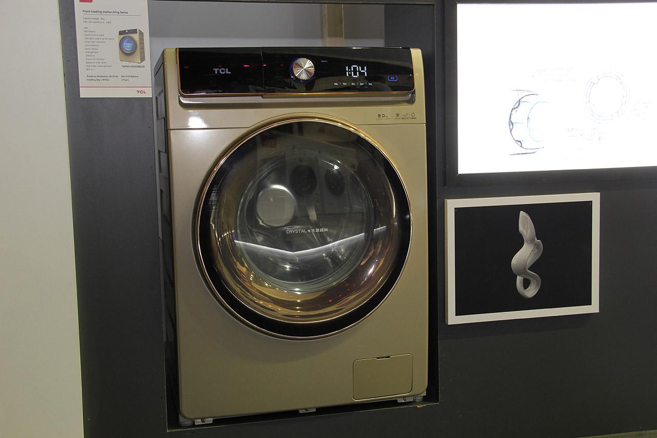 洗衣产品方面,全新流沙金免污式滚筒洗衣机,是一款免污+极速低温冷凝式洗烘一体滚筒洗衣机,采用经典流沙金外观设计,独创水封舱免污系统解决方案、40min极速洗烘一体(实验室,两件衬衣)、50℃低温烘干呵护可以洗烘羽绒服、100%健康除螨、CIM分体式变频科技等优势,满满的高科技。