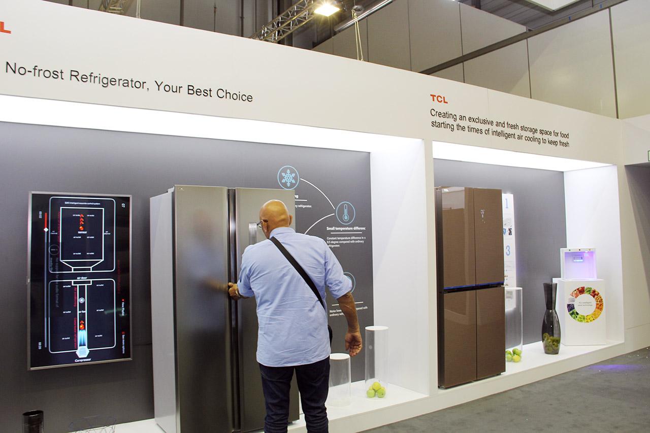 冰箱产品方面,TCL首创一体变频风冷技术,实现大空间、风冷、变频食材新鲜存储的同时,打造多空间分区专属,实现食材专区存放,特殊食材精准存储等优化的食材新鲜方案。此次IFA带来了融入了一体变频技术经典十字四门风冷、法式四门风冷、风冷对开门冰箱以及特殊食材存储风冷冰箱;搭配智慧风冷、AAT负氧离子等多种技术专利,不仅让食物保鲜更持久,营养不流失,满足服务用户节能、低噪音舒适生活的需求,这些人性化设计和创新技术为消费者带来不一样的新鲜生活享受。