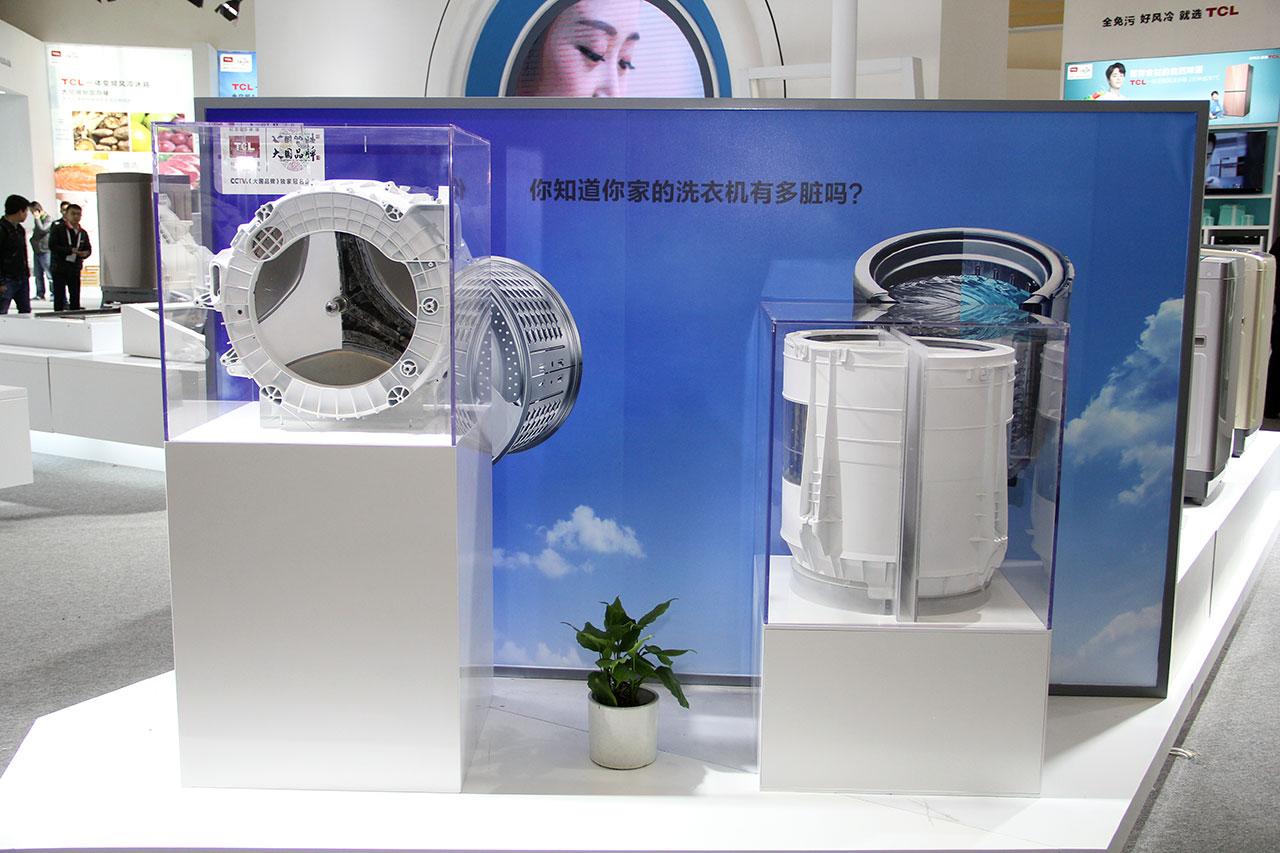 洗衣机到底多脏?TCL在现场通过新旧洗衣机内桶对比,清晰的为大家进行了展示。