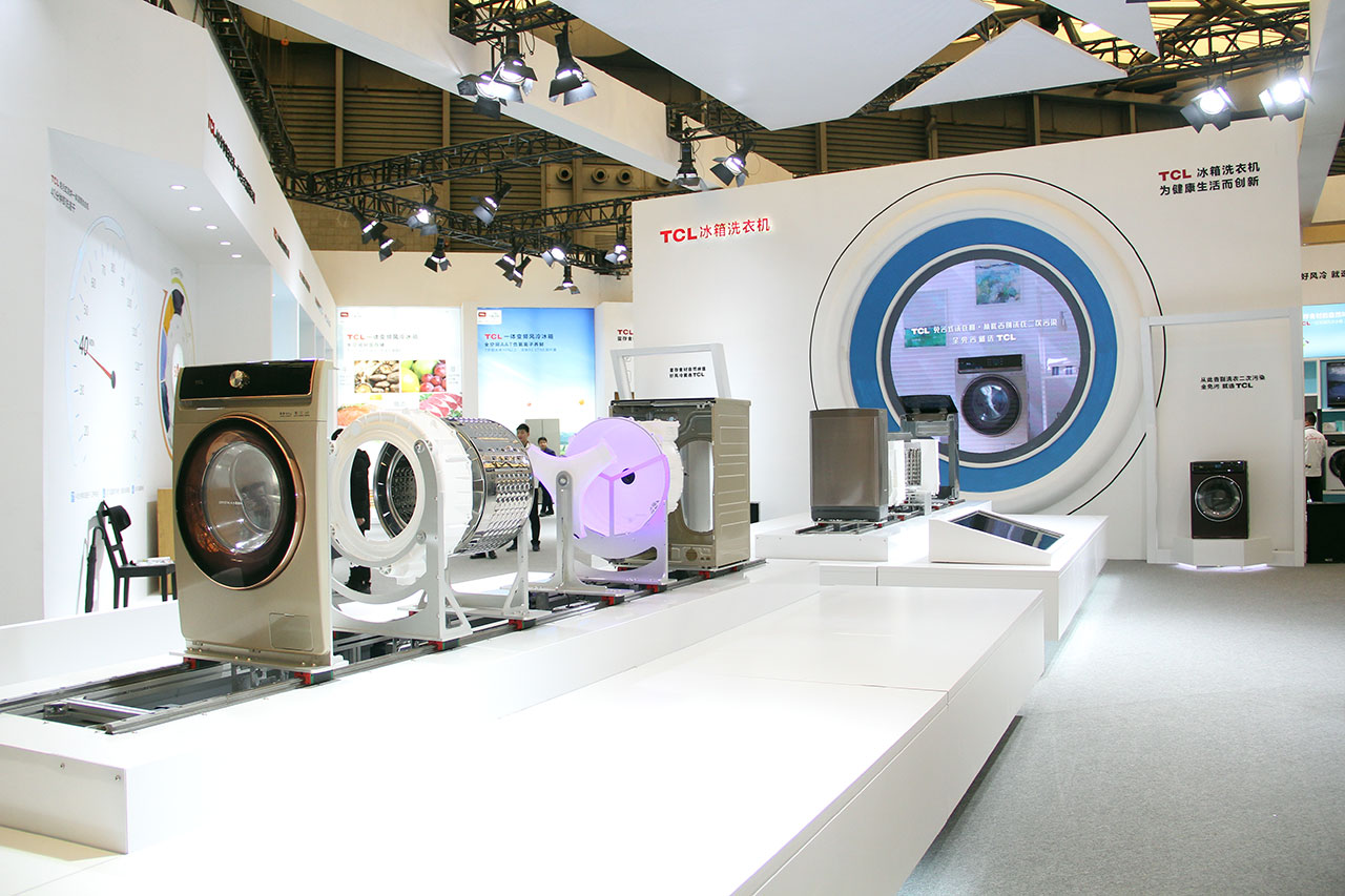 """AWE现场展示经过""""解剖""""的免污式滚筒洗衣机,消费者可以清晰地看到,通过对洗衣机内部的改造。通过国标IPX-8最高等级防水的三重水封技术、平底免清洁内桶底和平底免清洁的外桶设计,经过现场展示让观众一目了然,加上95℃纯物理高温除菌,让污渍无处藏身。"""