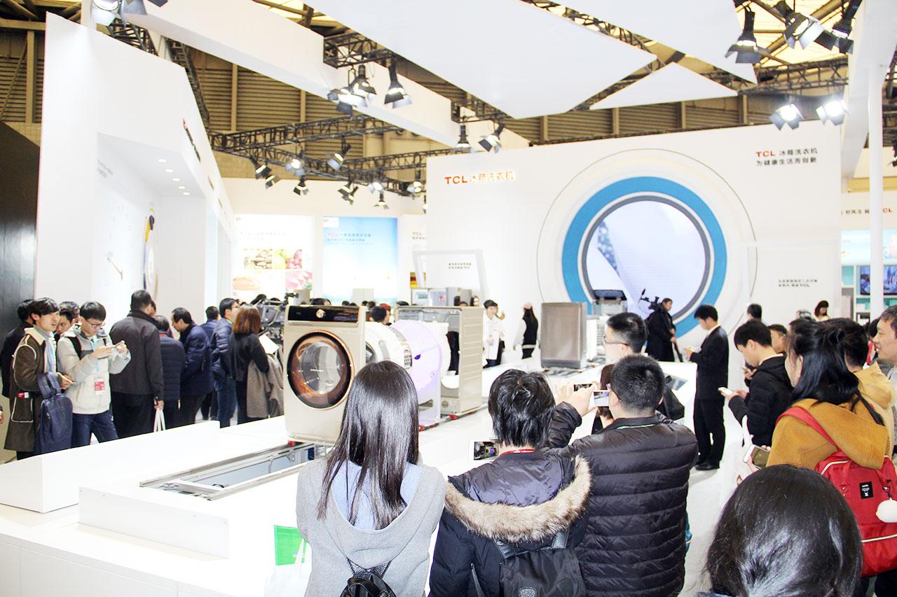 """3月8日,全球三大家电展之一的中国家电及消费电子博览会(简称AWE)在上海新国际博览中心盛大启幕。作为当前家电行业规格最高的大型综合性展会,AWE已成为引领行业发展的风向标。中国知名家电品牌TCL携多款明星产品亮相,最新发布的全触控免污式滚筒洗衣机和一体变频水晶十字四门风冷冰箱成为关注焦点。TCL冰箱洗衣机同时带来""""免污+""""和""""风冷+""""产品品牌战略,以用户健康生活为核心,通过产品使用场景和用户体验,为家人的健康生活加速,为家人的健康生活增加温度,引领白家电未来发展新趋势。"""