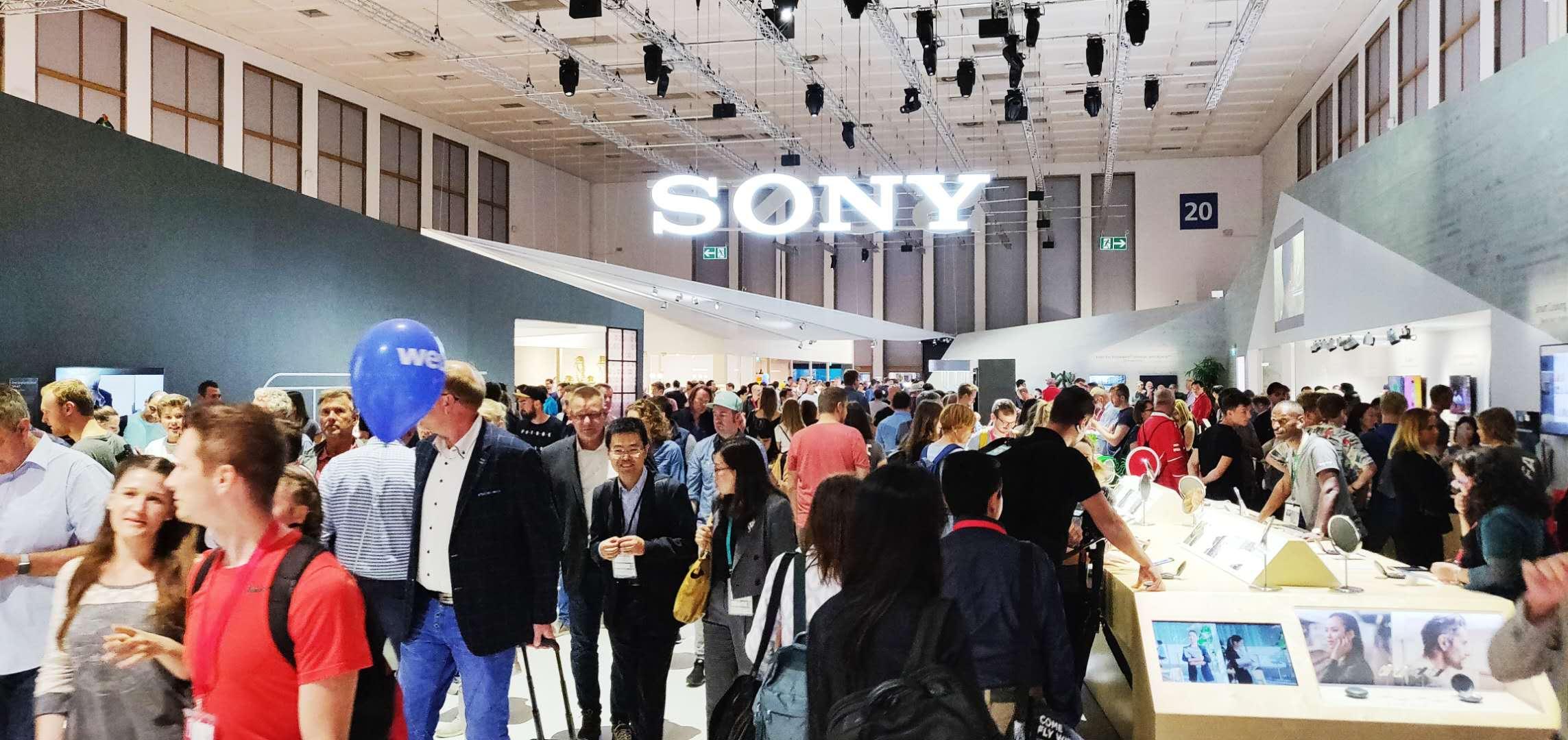 没错,索尼的相机展示区,作为日本企业的另一大佬,参观者也是人山人海,索粉还是很有带动力的。