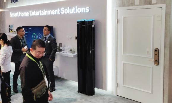 在海尔智慧客厅场景中主要展示了全屋空气、全屋用水、全屋安防系统间互联互通解决方案,以及电视语音搜索影音内容,语音控制空调、语音控制扫地机器人的智慧生活体验。