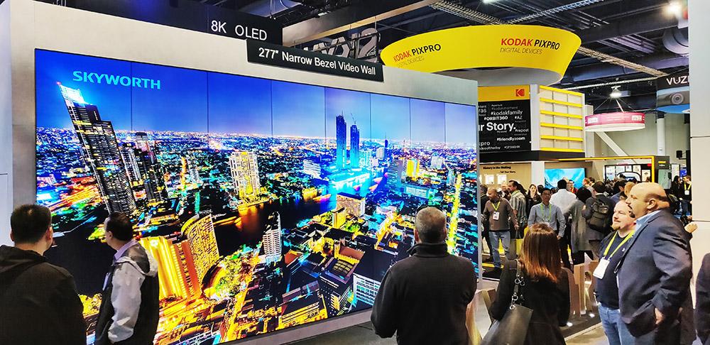 277�汲�窄边框电视墙,是由16款65英寸显示屏组成,拥有8K显示分辨率,最大的特点就是拥有超窄边框设计,最大程度上实现画面的无缝连接。