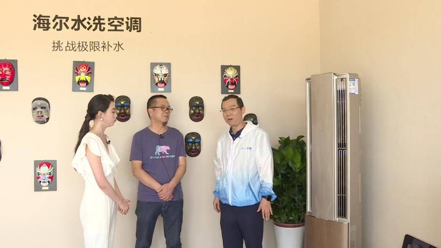 """刚才那副唯美的""""反弹琵琶""""壁画的创造者李永军老师出场,为大家介绍敦煌文化和敦煌壁画的独特魅力。"""