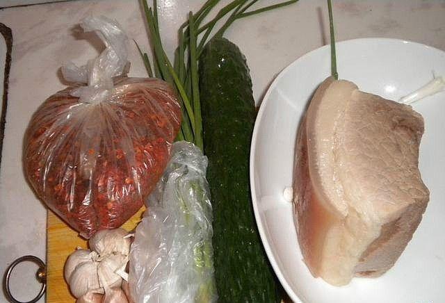 蒜泥白肉卷制作第2步