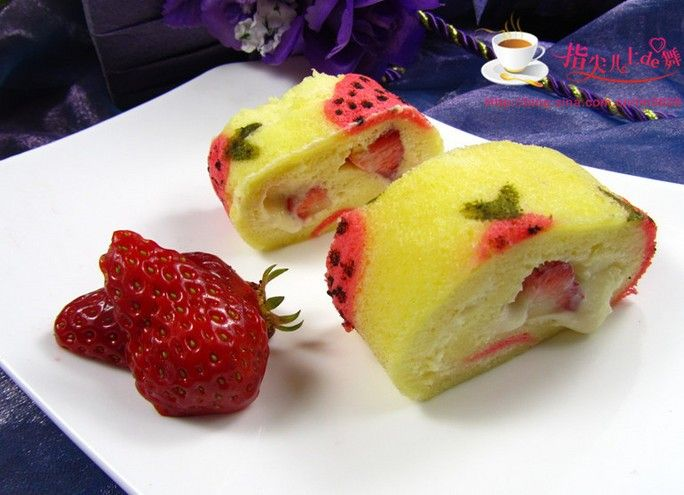 草莓彩绘蛋糕卷
