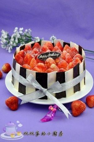 不用裱花的生日蛋糕——巧克力围边鲜草莓蛋糕