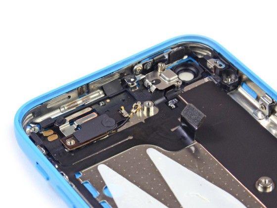 iPhone 5c拆机基本已全部完成,从拆解过程看来,iPhone 5c的内部结构与iPhone 5以及iPhone 5s相差并不大,有了前车之鉴所以拆起来也不会太费劲。总得看来iPhone 5c的做工还是相当出色的,维修起来可能也相对困难,费用自然也不会低。但iPhone 5c最大的存储内存仅32GB,面对的用户相对局限,如果有更高追求的用户可以考虑iPhone 5s。 标签: 苹果 iPhone 手机 发布时间:2013-09-23 15:09